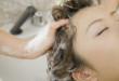 美容師にシャンプーをしてもらう女性