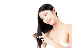 髪をブラッシングする女性